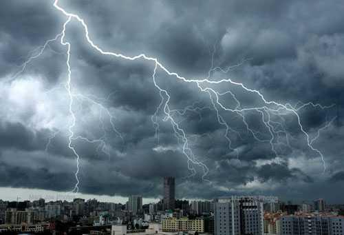 暴雨挂车行驶安全