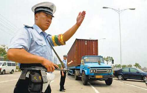 交警拦截车辆检查