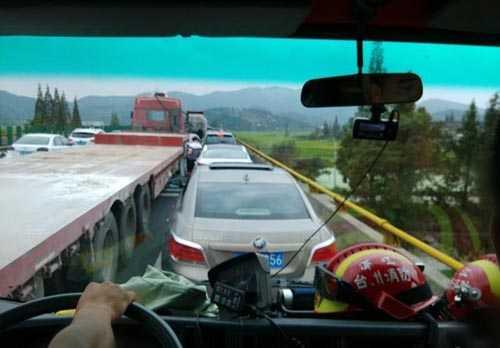 浙江高速车祸 因紧急通道占用伤者死亡