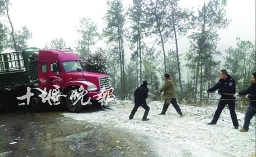 下雪了,半挂车被困悬崖
