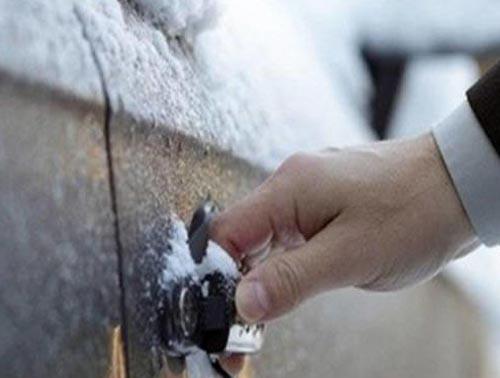 车门被冻住了
