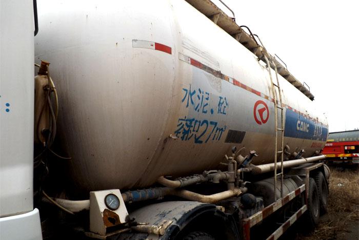 2010年华菱前四后八水泥罐车实拍图2