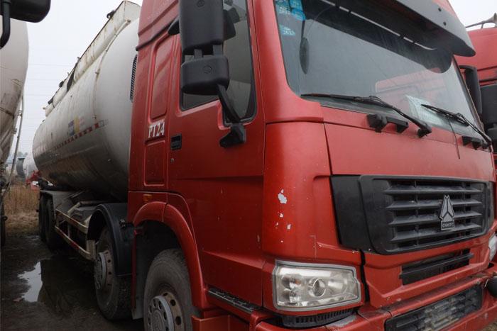中国重汽前四后八水泥罐车实拍图2