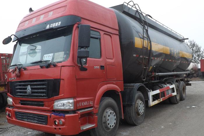 中国重汽375马力水泥罐车实拍图1