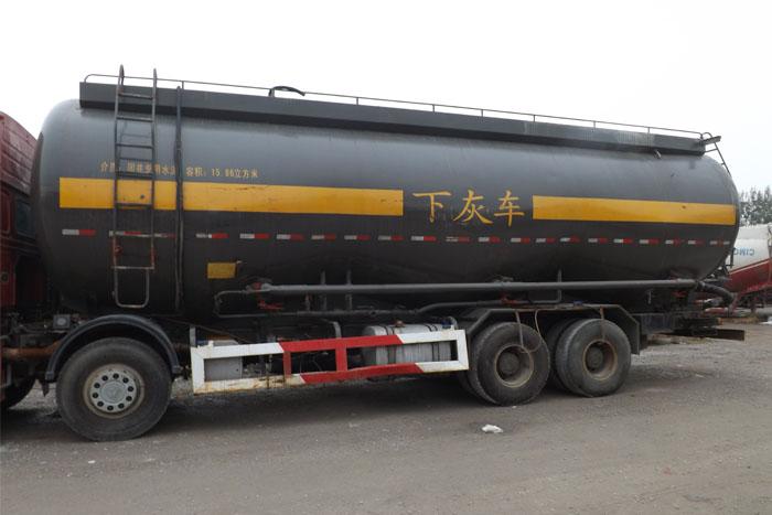 中国重汽375马力水泥罐车实拍图3