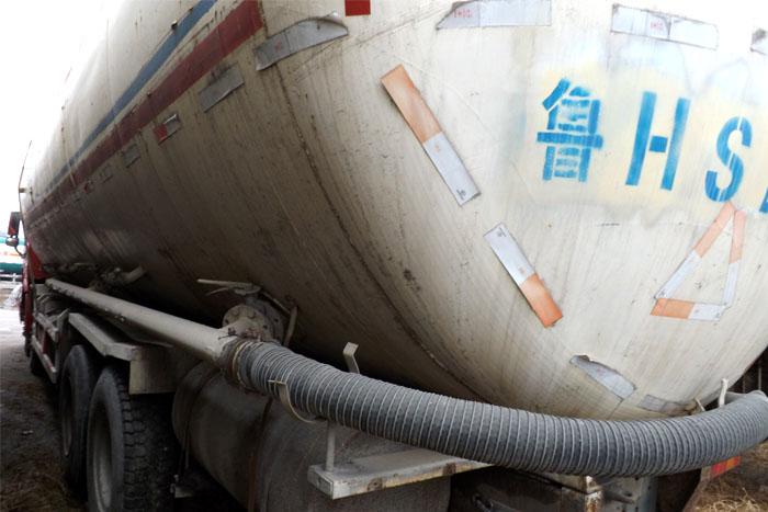 中国重汽336马力前四后八水泥罐车实拍图2
